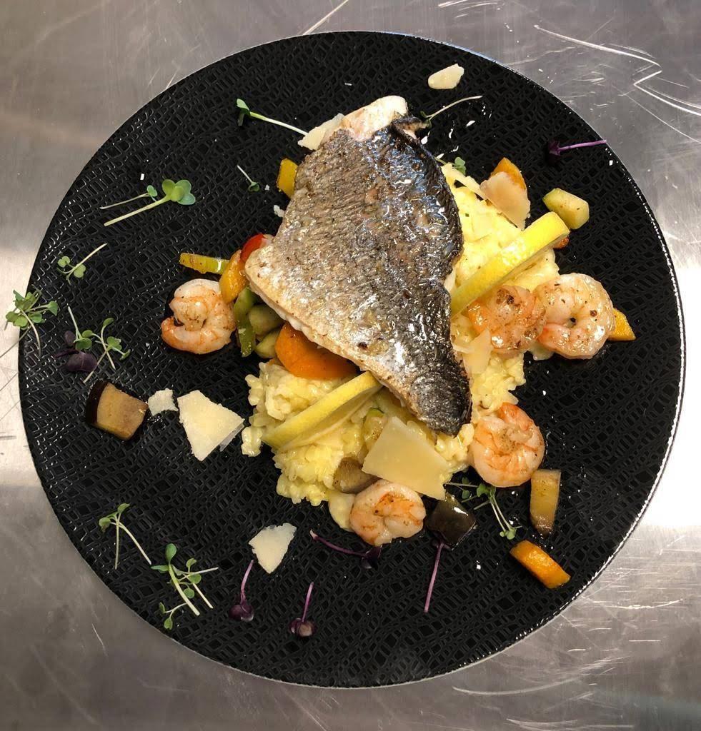 Fischgericht Duo auf einem schönen Teller angerichtet